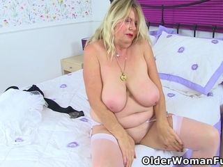 English grannie Elle does her daily fanny exercises