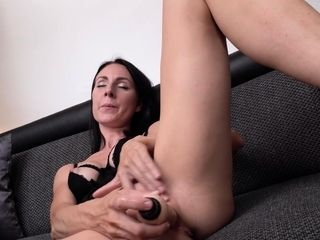 Mature housewife Linda Lee demonstrates off her impressive, taut